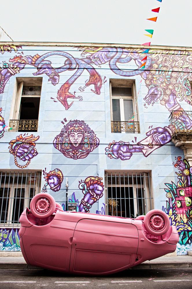 Fresque par le graffeur Spone, voiture par Cédric Crouzy, un des fondateurs de la manifestation, lors de L'Expode ouf, en septembre 2015.