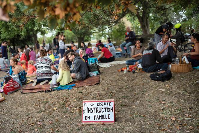 Pique-nique des familles qui mettent en place la scolarisation à domicile, à la base de loisirs de La Ramée, à Tournefeuille (Haute-Garonne), le 2 septembre 2021.