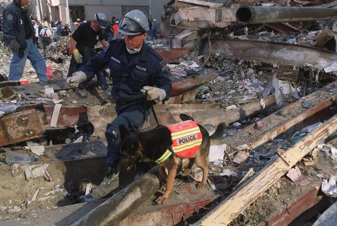 James Symington et Trakr, le 13 septembre 2001, dans les décombres du World Trade Center.