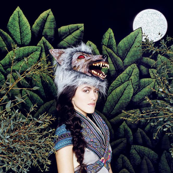 Mai Lan Chapiron vêtue de la peau du loup, telle Peau d'âne.