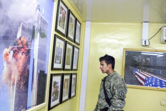 Un lieutenant regarde les photos de trois de ses hommes tués dans une embuscade des talibans, à la base militaire de Jalalabad (Afghanistan), en 2007.