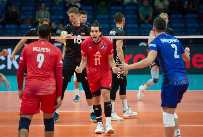 L'équipe de France de volley, en rouge, lors de son match remporté contre l'Allemagne à l'occasion de l'Euro 2021, à Tallinn (Estonie), le 6 septembre 2021.