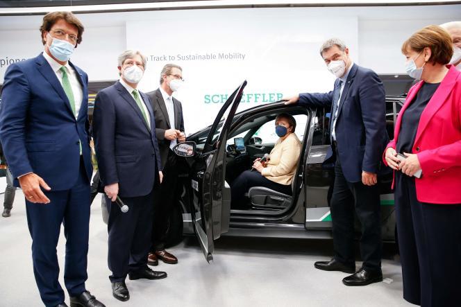 La chancelière allemande Angela Merkel (au centre, dans la voiture), auSalon de la mobilité de Munich (IAA Mobility), le 7 septembre 2021.