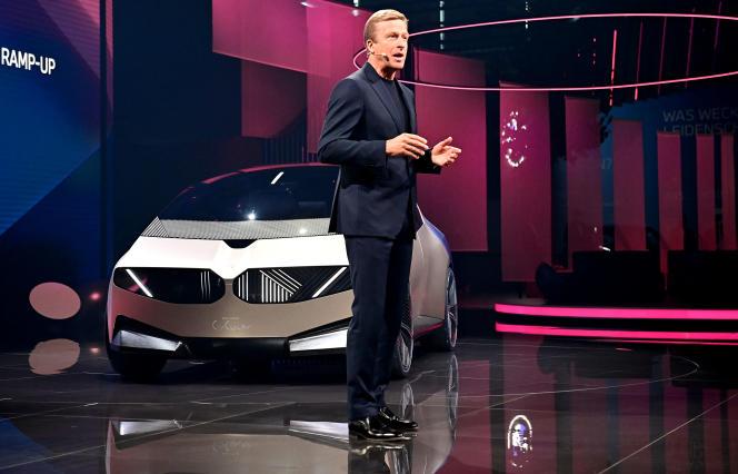 Le président du groupe BMW, Olivier Zipse, présente le concept-car Vision Circular, à Munich (sud de l'Allemagne), le 6 septembre 2021.