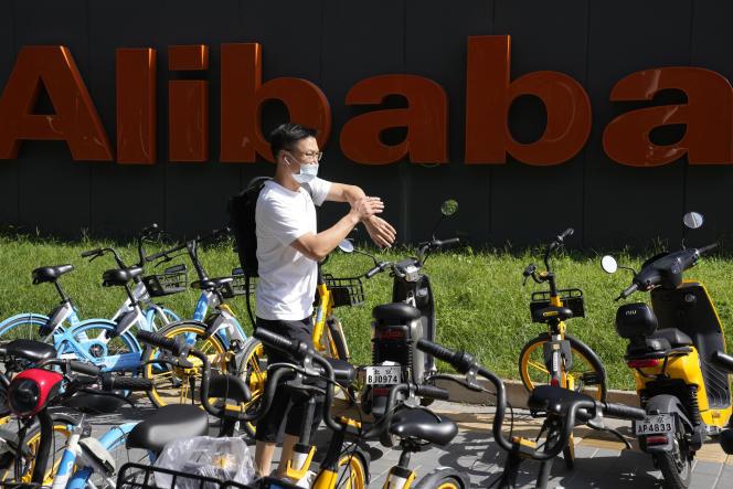 Devant les bureaux d'Alibaba, à Pékin, le 24 août 2021.