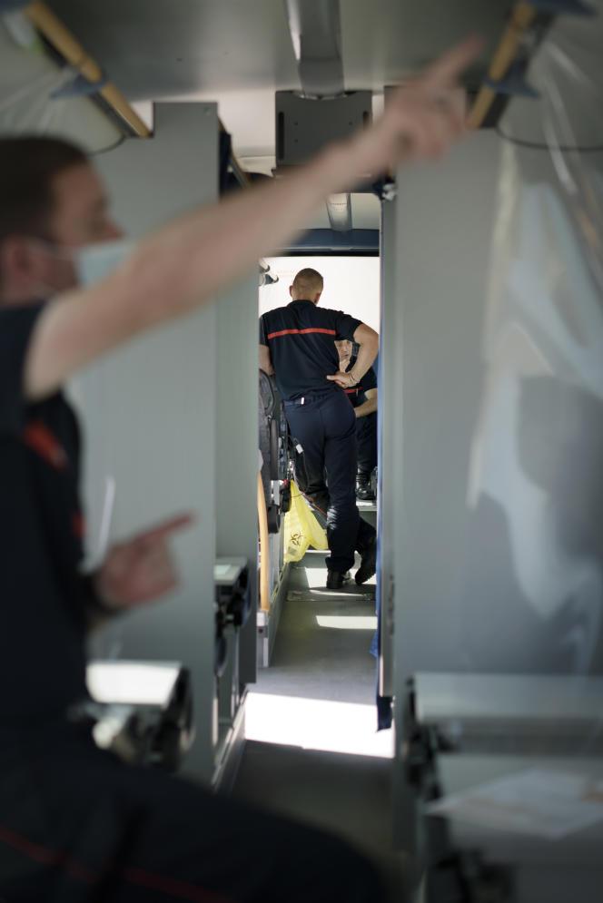 Une équipe de sept sapeurs-pompiers gère l'opération du vaccinobus, le 6 septembre 2021, à Amiens.