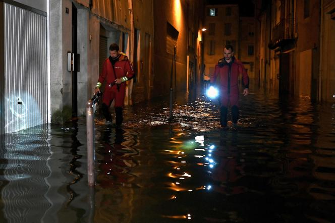 Des pompiers patrouillent dans les rues inondées d'Agen, le 8 septembre 2021.