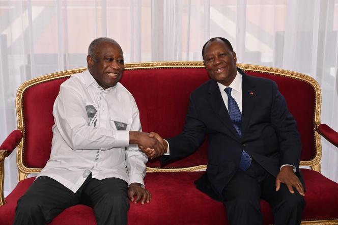 Le président ivoirien Alassane Ouattara reçoit l'ancien président Laurent Gbagbo à Abidjan le 27 juillet 2021.