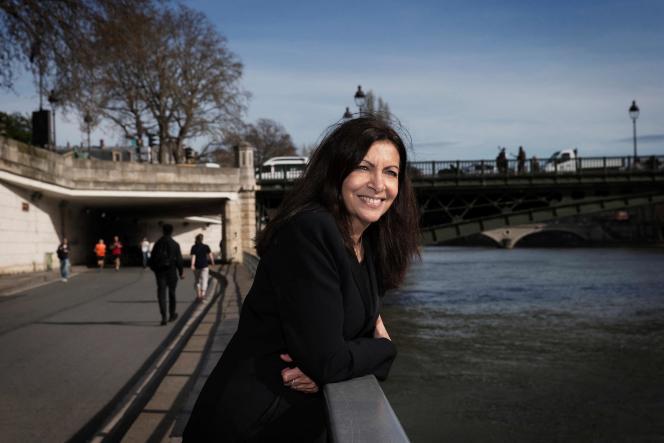 Anne Hidalgo, la maire de Paris, sur les bords de Seine, à Paris, en mars 2017.
