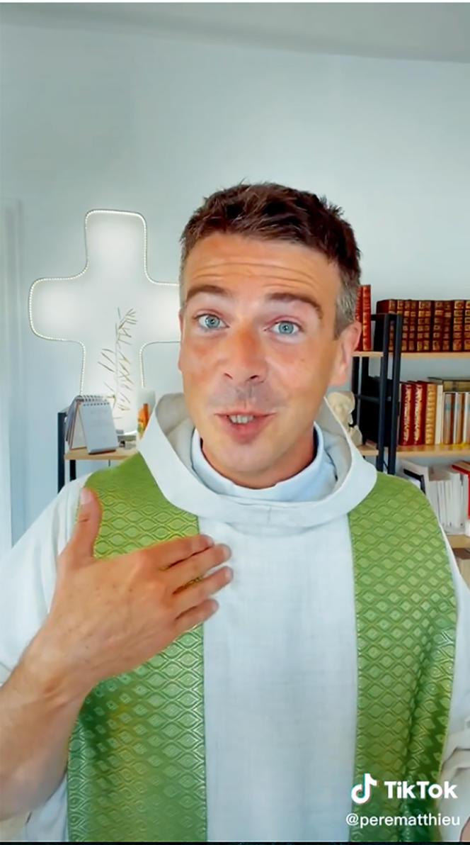 Le père Matthieu Jasseron, dans une vidéo publiée sur son compte TikTok àl'occasion delarentrée desclasses.