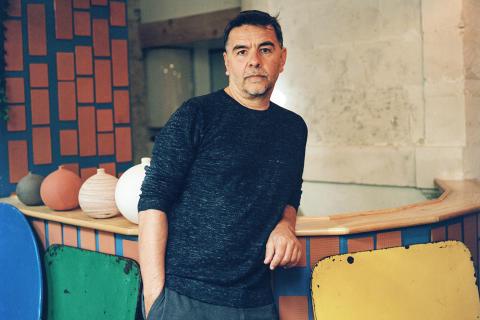 Portrait de Laurent Garnier, pour M le magazine du Monde. Photographié à Apt chez Les Valseuses le 4 août 2021.