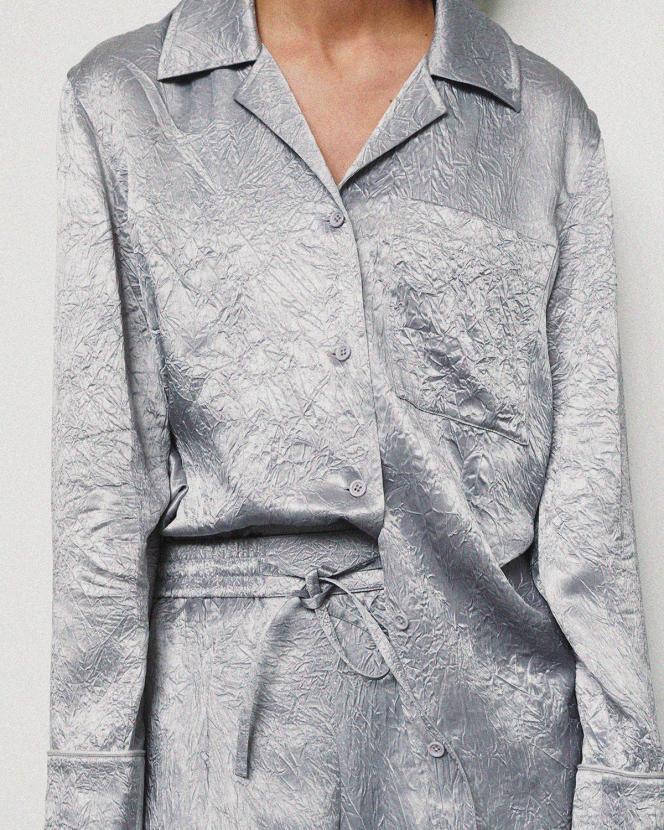 Chemise et pantalon en satin de soie, Helmut Lang, 310€ et 330€.