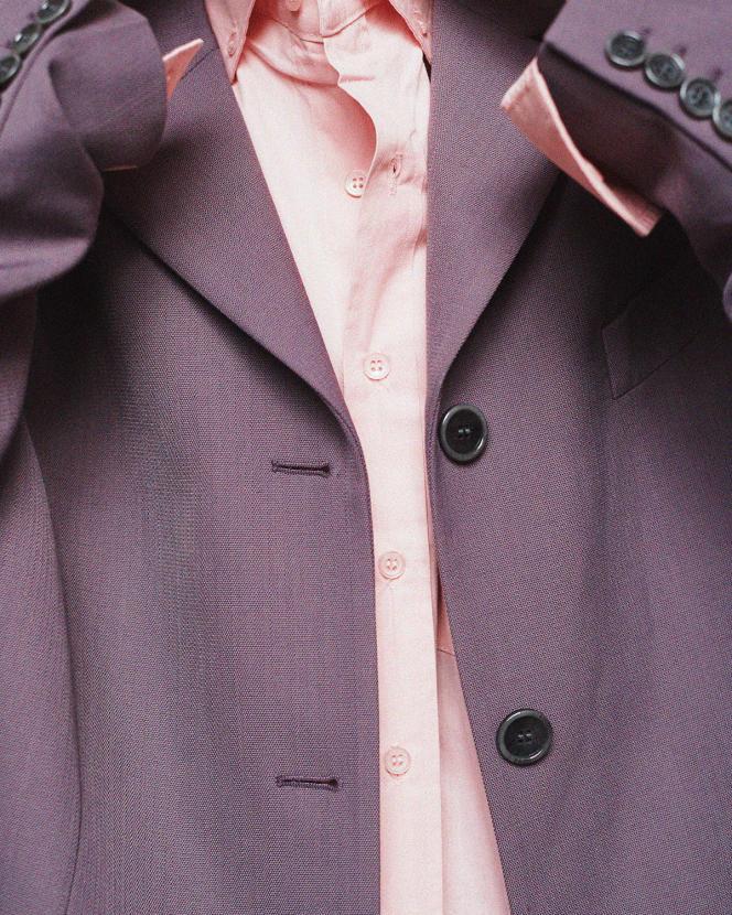 Veste de tailleur oversize, en laine et polyester, Acne Studios, 670€. Chemise en popeline de coton, The Frankie Shop, 114€.