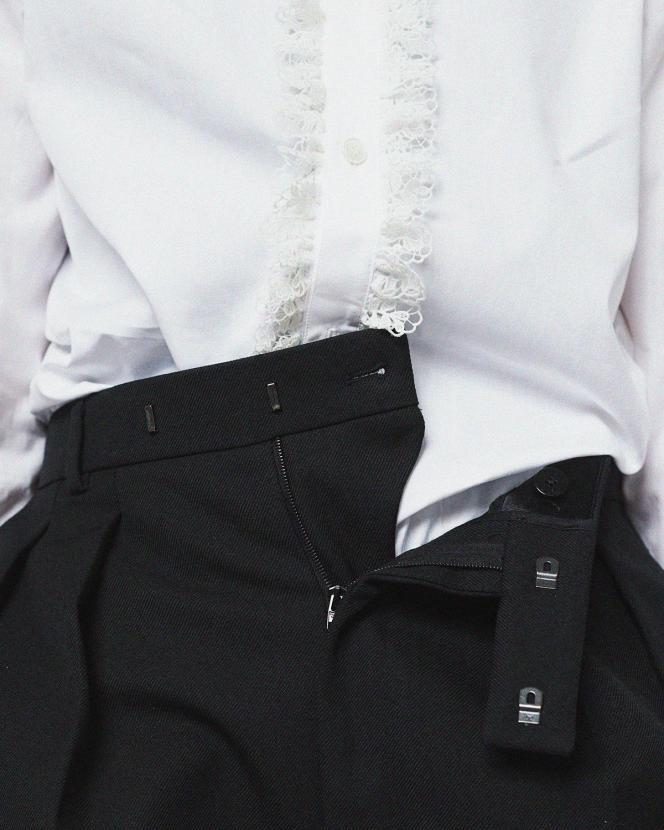 Chemise col page dentelle, en popeline de coton, et pantalon plissé en gabardine, Celine Homme par Hedi Slimane, prix sur demande et 790€.