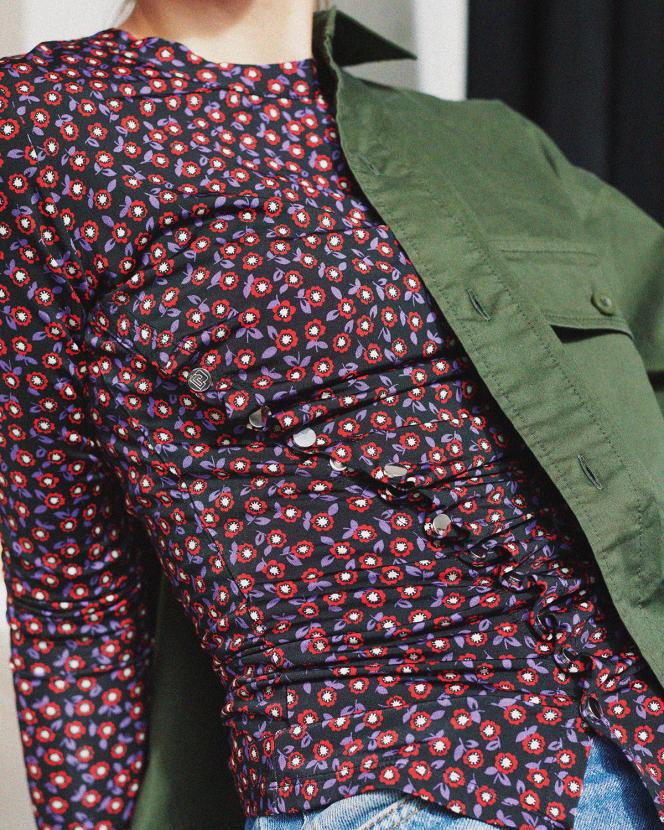 Top plissé, en jersey stretch imprimé, Paco Rabanne, 390€. Chemise en sergé stretch, Uniqlo, 34,90€.