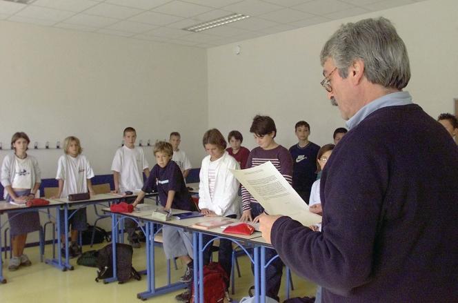 Un professeur du collège Cassignol de Bordeaux lit, le 14 septembre 2001, aux élèves d'une classe de 5e, le message du ministre de l'éducation nationale Jack Lang, avant d'observer trois minutes de silence à la mémoire des victimes des attentats qui ont frappé les Etats-Unis.