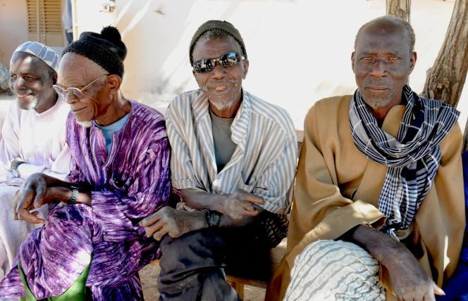 Des habitants de Mballing, l'un des neufs «villages de reclassement social » que compte encore le Sénégal alors que la lèpre a quasiment disparu du pays et est parfaitement maîtrisée par le système de santé.