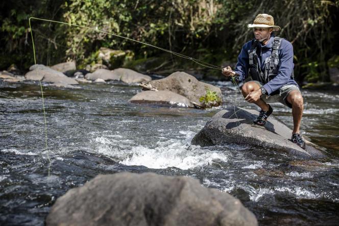 Musa Ibrahim, administrateur du Kenya Fly Fishers' Club, pêche à la mouche dans les eaux de la rivière Mathioya, au Kenya, le 20 août 2021.