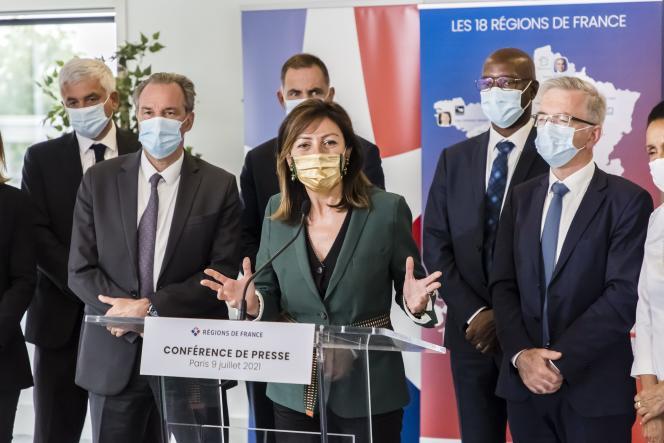 La présidente (PS) de l'Occitanie, Carole Delga (au centre) le jour de son élection comme présidente de Regions de France, à Paris, le 9 juillet 2021.