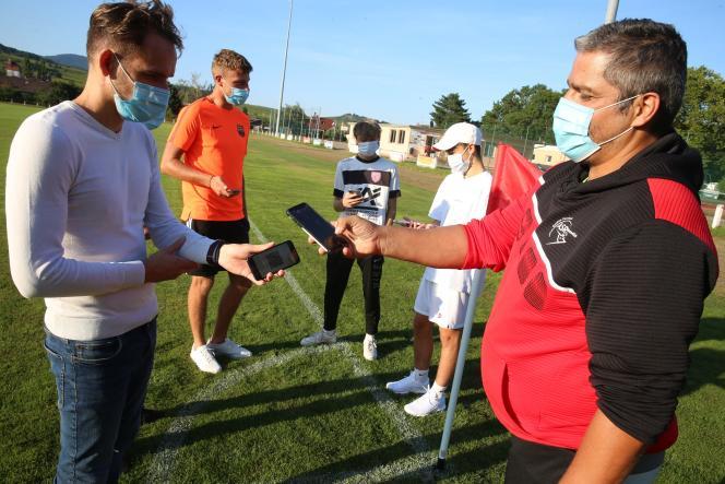 Contrôle du passe sanitaire dans un club de football à Ribeauvillé, dans le Haut-Rhin, le 25 août 2021.