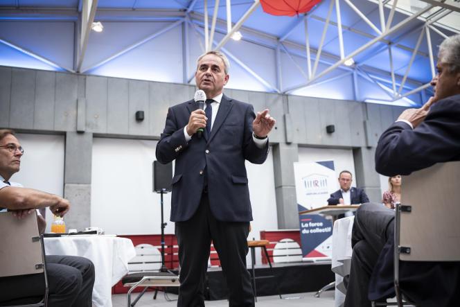 Le président de la région des Hauts-de-France, Xavier Bertrand, devant les députés du parti Les Républicains lors de leurs journées parlementaires à Nîmes, le 10 septembre 2021.