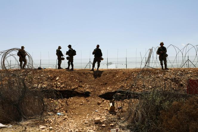 Des soldats israéliens longent les barbelés qui séparent Israël de la Cisjordanie, dans le cadre des recherches des six Palestiniens évadés, le 9 septembre 2021.