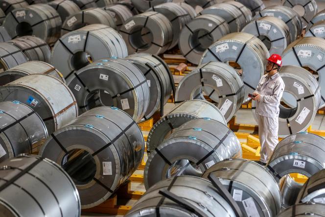 Des rouleaux de feuilles d'aluminium, dans une usine de Wuhan (Chine), le 8 mai 2021.