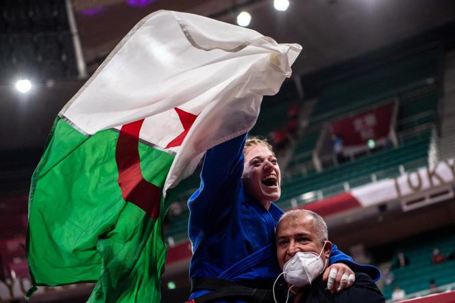 La judokate algérienne Cherine Abdellaoui, mal-voyante, a remporté l'or lors de la finale des -52 kg féminins aux Jeux paralympiques de Tokyo, le 27 août 2021.
