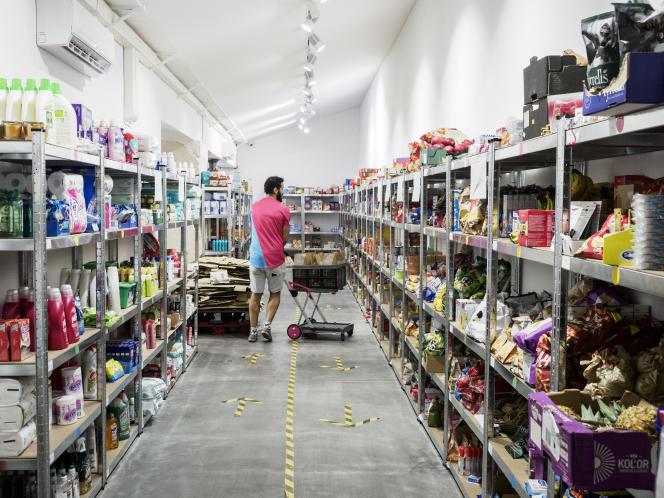 Un préparateur réunit les produits en rayon pour une commande dans un magasin Flink, à Paris, le 8 septembre 2021.