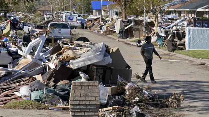 Un homme passe devant les débris de sa maison ravagée par l'ouragan Ida, à LaPlace, en Louisiane, le 10 septembre 2021.