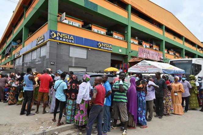 Des personnes attendent pour se faire vacciner au marché principal d'Adjamé, le 27 août 2021, à Abidjan.