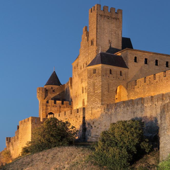 Tour de la Pinte carrée au crépuscule, citadelle de Carcassonne.