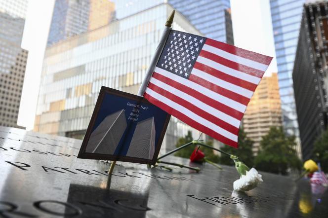 Le 11 septembre 2021, à New York, au mémorial de Manhattan, construit au pied de nouveaux gratte-ciel, à Ground Zero.