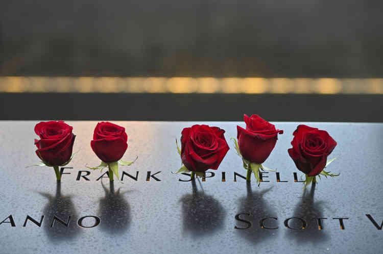 Au mémorial de Manhattan, les noms des 2977personnes tuées le jour des attentats ont été lus, lecture accompagnée par des airs de flûte.
