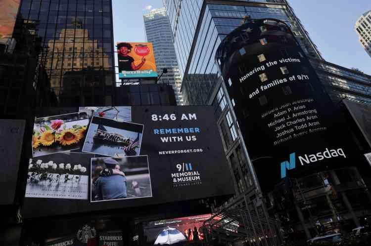 Sur Times Square, au cœur de Manhattan, s'est également tenu un rassemblement et des moments de recueillement. Les noms des victimes ont défilé sur un écran géant.