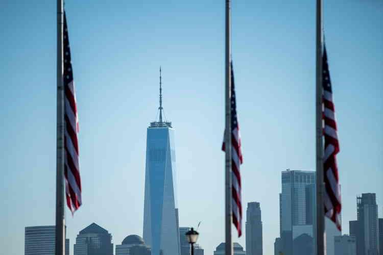 Une première minute de silence a été observée à 8h46 à New York (14h46, heure de Paris),heure à laquelle le premier avion piraté par cinq djihadistes a percuté la tour nord du World Trade Center le 11septembre 2001.