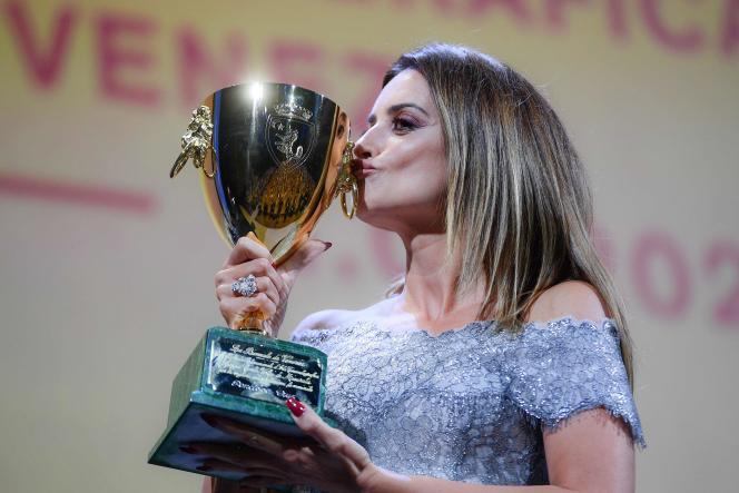 Penélope Cruz reçoit le prix de la meilleure interprétation féminine pour son rôle dans«Madres Paralelas» àla 78e Mostra de Vensie, samedi 11 septembre.