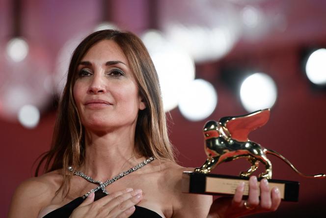 La réalisatrice française Audrey Diwan pose avec le Lion d'or reçu pour son film «L'Evénement», à la Mostra de Venise, le 11 septembre 2021.