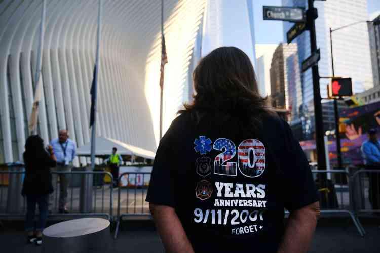 Le 11 septembre 2021, à New York, au mémorial de Manhattan, construit au pied de nouveaux gratte-ciel, sur Ground Zero.