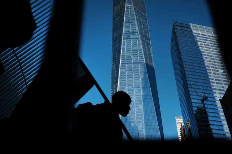 De nombreux Américains, victimes ou témoins directs du 11-Septembre, viennent rendre hommage aux personnes disparues.