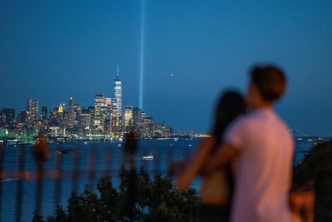 Des personnes assistent à la commémoration du 11-Septembre le 11 septembre 2021 depuis Weehawken, dans le New Jersey.