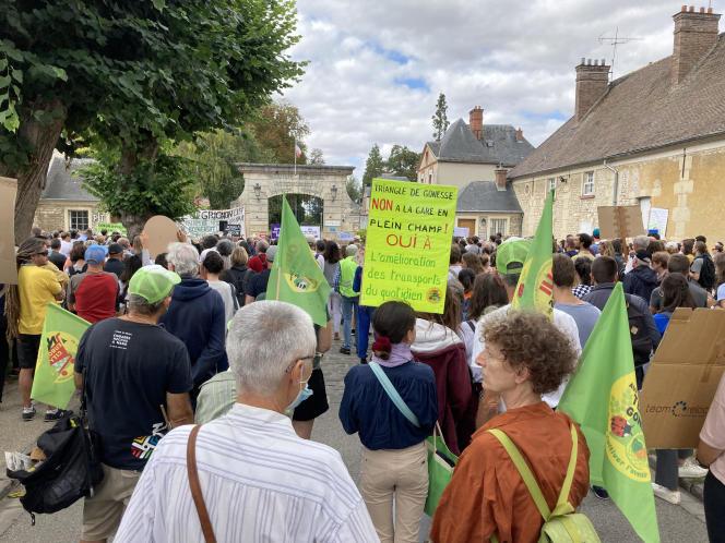 Manifestation à Thiverval-Grignon (Yvelines), samedi 11 septembre, contre la vente du château de Grignon et des centaines d'hectares de terres naturelles et agricoles pour un projet immobilier.