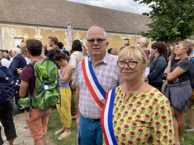 La maire de Thiverval-Grignon (Yvelines), Nadine Gohard, dans la manifestation, samedi 11 septembre, contre la cession à la société immobilière Altarea du site d'AgroParisTech.