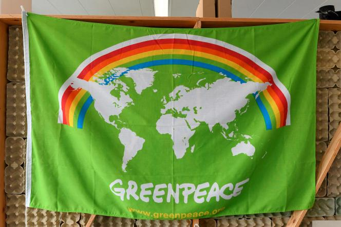 Un drapeau au siège de l'ONG Greenpeace à l'approche du 50e anniversaire de la fondation du groupe, le 10 septembre 2021 à Amsterdam.
