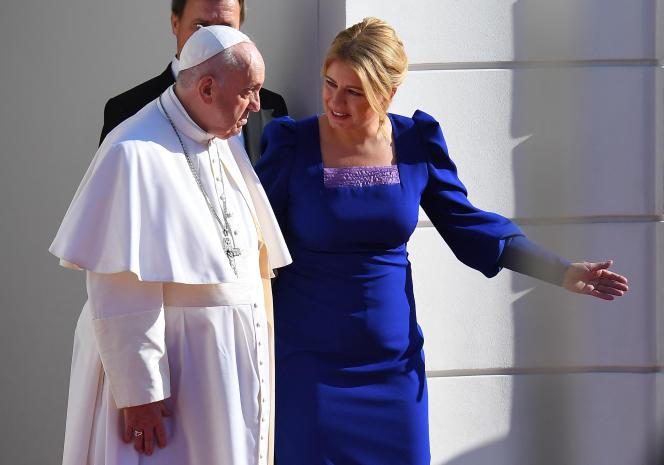 Le pape François accueilli par la présidente slovaque, Zuzana Caputova, à Bratislava, le 13septembre2021.