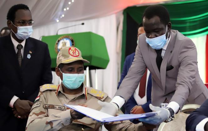 Le commandant paramilitaire Mohamed Hamdan Daglo, membre du Conseil de souveraineté qui pilote la transition, lors de la signature d'un accord de paix avec cinq groupes rebelles, à Juba, au Soudan du Sud, le 31août 2020.