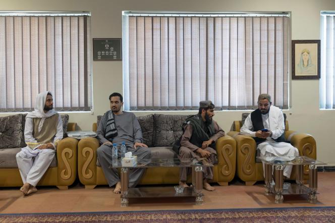 Ahmad Wazir Safi (à droite) est chargé de l'enseignement supérieur pour les six provinces du nord de l'Afghanistan, à l'université de Mazar-e Charif, le 11 septembre. WILLIAM DANIELS POUR « LE MONDE »
