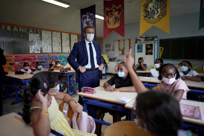Emmanuel Macron, lors d'une visite à l'école primaire Bouge, dans le quartier Malpassé, à Marseille, le 2 septembre 2021.