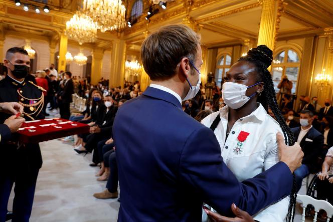 Emmanuel Macron et la championne olympique de judo Clarisse Agbegnenou à l'Elysée, le 13 septembre 2021.