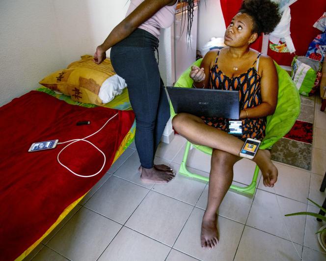 Méline Kangni, 18 ans, en deuxième année de DUT de carrières sociales. Comme tous les autres étudiants, Méline a fait sa rentrée universitaire en ligne depuis Saint-Claude (Guadeloupe). 10 septembre 2021.